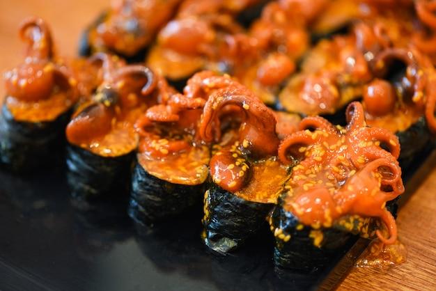 Japońskie jedzenie sushi ośmiornica kalmary sezamowe nori w menu sushi restauracji