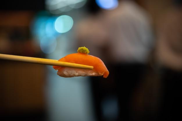 Japońskie jedzenie w zestawie różne rodzaje sushi z sałatką z wodorostów i gari (imbir)