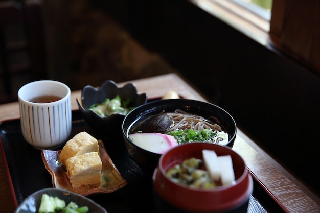 Japońskie jedzenie z makaronem soba?