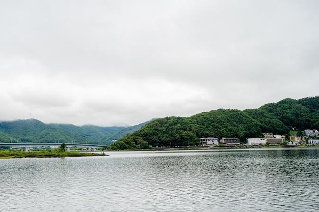Japońskie jezioro w pobliżu góry fuji