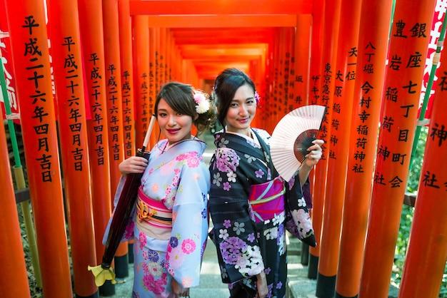 Japońskie kobiety z kimonem chodzące w tokio