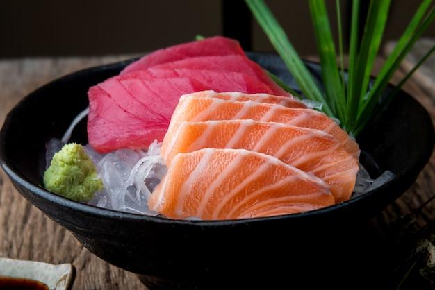 Japońskie sashimi z łososiem i tuńczykiem.