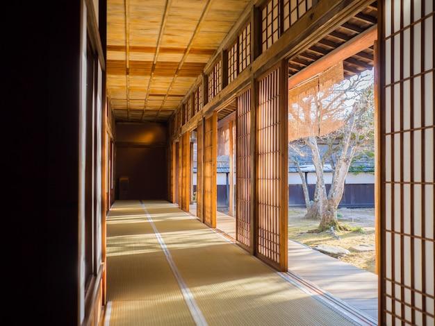 Japońskie stare drzwi i styl korytarza ze światłem słonecznym