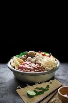 Japońskie sukiyaki w tradycyjnym żeliwnym garnku. chabu sukiyaki, japońskie jedzenie.