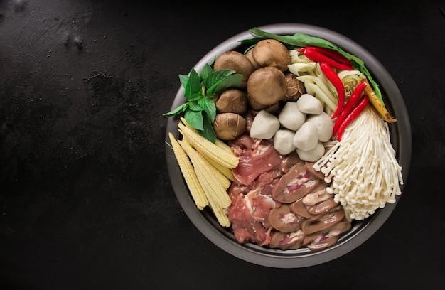 Japońskie sukiyaki w tradycyjnym żeliwnym garnku. chabu sukiyaki