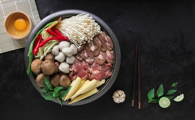 Japońskie sukiyaki w tradycyjnym żeliwnym garnku.