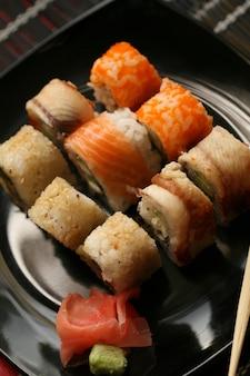 Japońskie sushi na czarnym talerzu