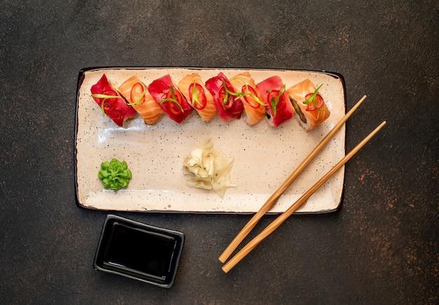 Japońskie sushi rolki na kamiennym tle