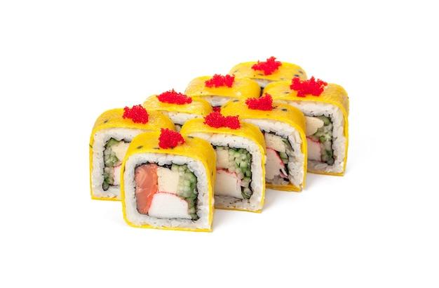 Japońskie sushi roll żywności na białym tle bliska