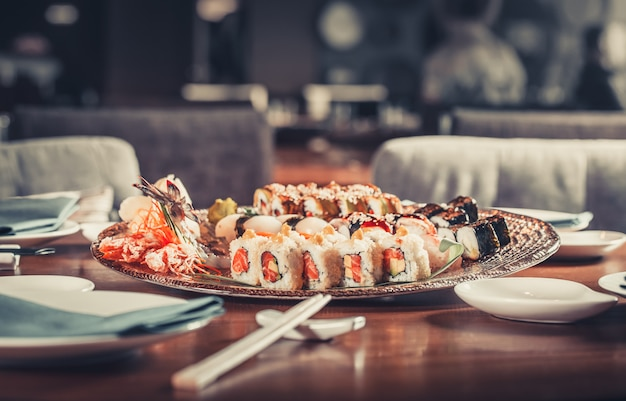 Japońskie sushi z owocami morza