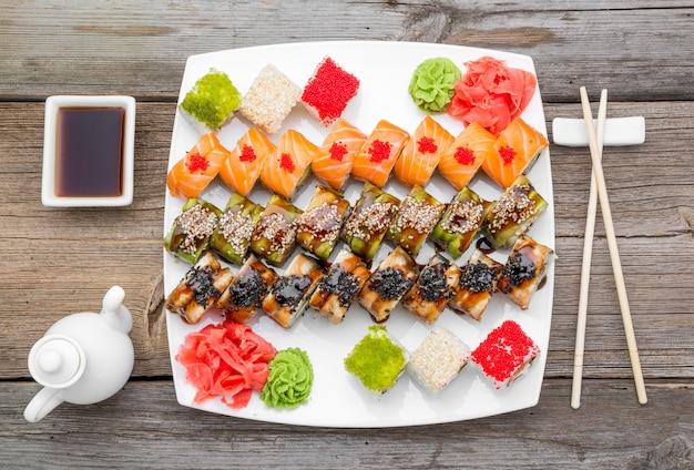 Japońskie tradycyjne sushi i rolki ze świeżymi owocami morza