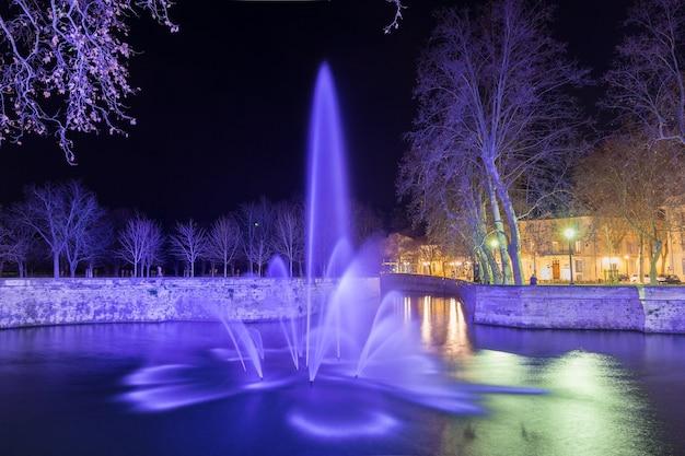 Jardins de la fontaine w nimes w nocy