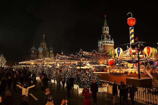 Jarmark bożonarodzeniowy na placu czerwonym. święta bożego narodzenia w moskwie, rosja. kreml moskiewski w ferie zimowe