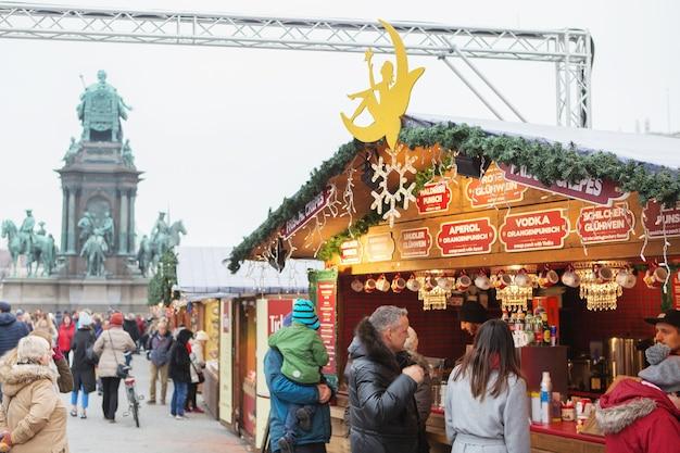 Jarmark bożonarodzeniowy na placu marii teresy w wiedniu, austria