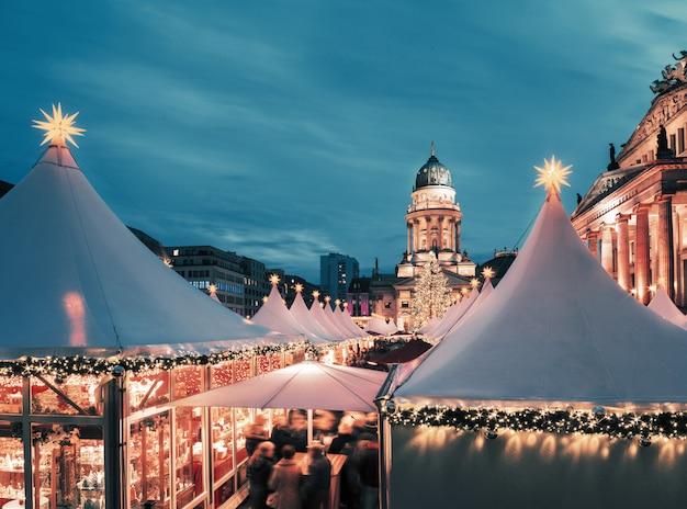Jarmark bożonarodzeniowy w berlinie, stonowany obraz, przestrzeń tekstowa