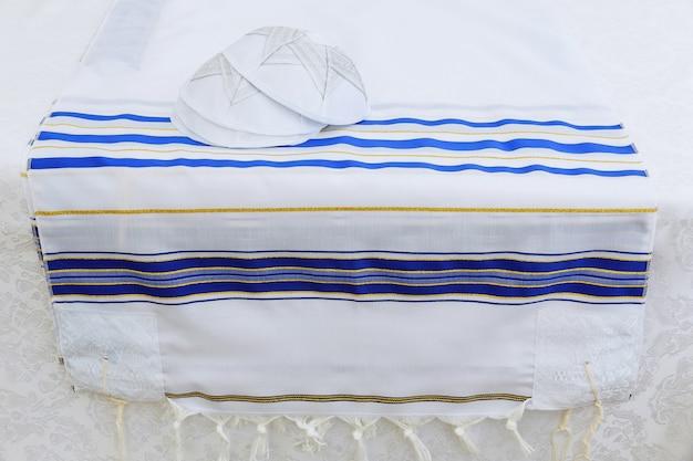 Jarmułka, żydowska głowa obejmująca żydowski symbol religijny bar mitzhvah