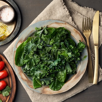 Jarmuż sałatkowy, kapusta liściasta, sałata zielona sałata w talerzu. rozebrane świeże liście