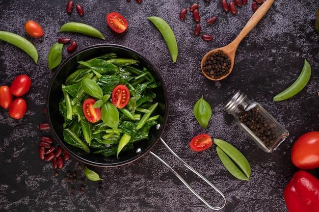 Jarmuż smażony w sosie ostrygowym na patelni.