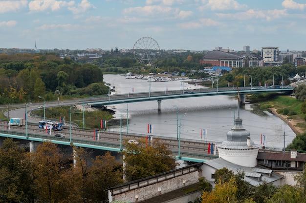 Jarosław rosja widok nowoczesnego miasta z mostami rzecznymi i parkiem jesień w mieście