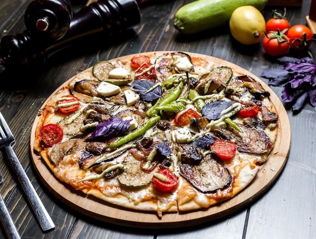 Jarskie pizzy oberżyny pieczarki oliwki pomidorowego basilu pieprzu sera boczny widok