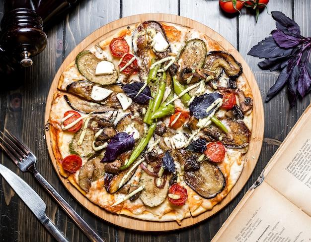 Jarskie pizzy oberżyny pieczarki oliwki pomidorowego basilu pieprzu serowy odgórny widok