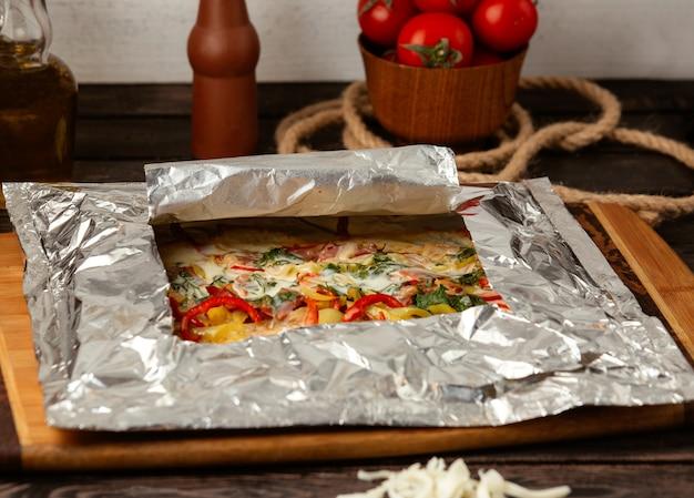 Jarzynowa pizza na stole