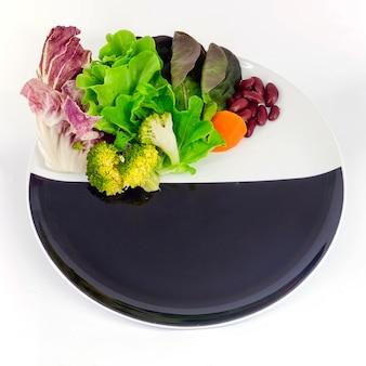 Jarzynowa sałatka na talerzu z pustym spcae dla sformułowania