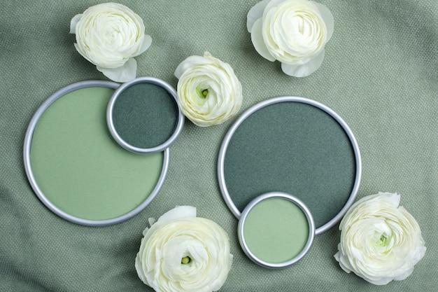 Jaskier kwiaty w okrągłej ramce z miejscem na tekst projektanta na zielonym materiale. leżał płasko