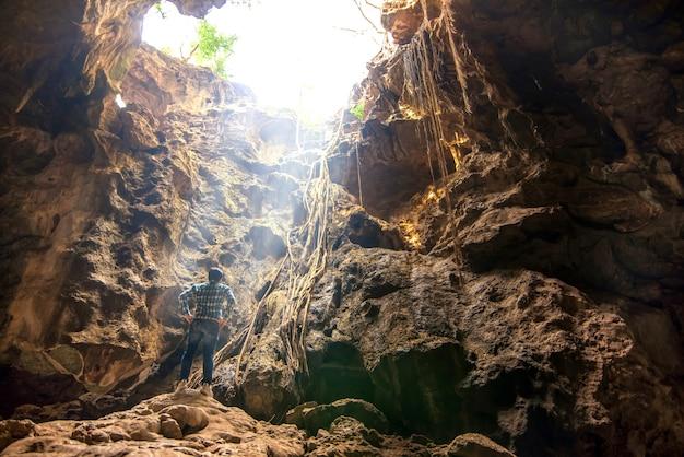 Jaskinia khao luang jaskinia naturalna z dużą liczbą buddy w petchaburi w tajlandii