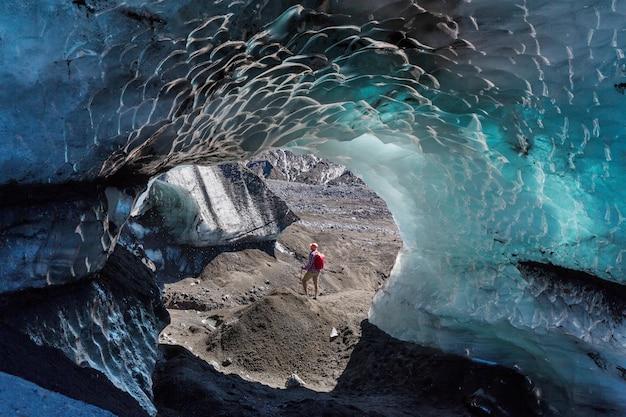 Jaskinia lodowa na lodowcu w górach chile