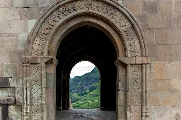 Jaskinia miasto-klasztor wardzia. vardzia znajduje się w górach erusheti na lewym brzegu rzeki kury. widok z klasztoru na dolinę rzeki i zielone zbocza
