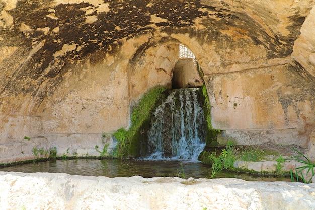 Jaskinia nymphaeum w syrakuzach, sycylia, włochy