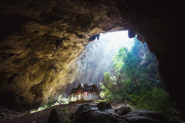Jaskinia phraya nakhon jest najpopularniejszą atrakcją, czterospadowym pawilonem zbudowanym za panowania króla ramy, jego pięknem i charakterystyczną tożsamością jest pawilon w prachuap khiri khan w tajlandii.