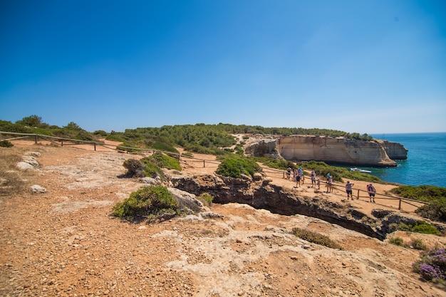Jaskinia plażowa benagil w carvoeiro, popularna atrakcja turystyczna uważana za jedną z najpiękniejszych plaż świata. cele podróży i wakacji