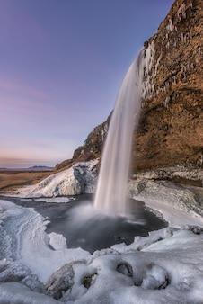 Jaskinia seljalandsfoss na islandii