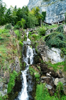 Jaskinia st. beatus i wodospady nad thunersee, sundlauenen, szwajcaria.