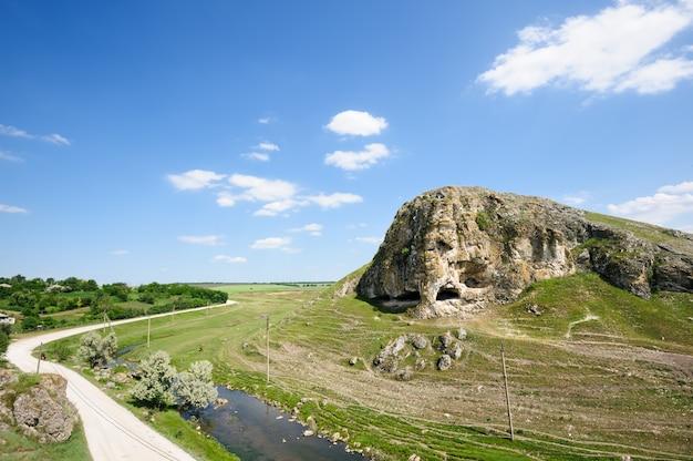 Jaskinia w toltre niedaleko wioski butesti, mołdawia