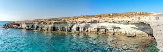 Jaskinie morskie w pobliżu ayia napa i protaras. cavo greco, wyspa cypr, morze śródziemne.