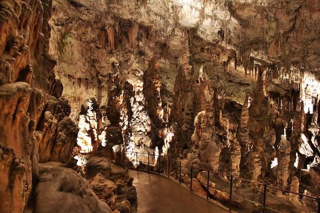 Jaskinie postojna w górach słowenii