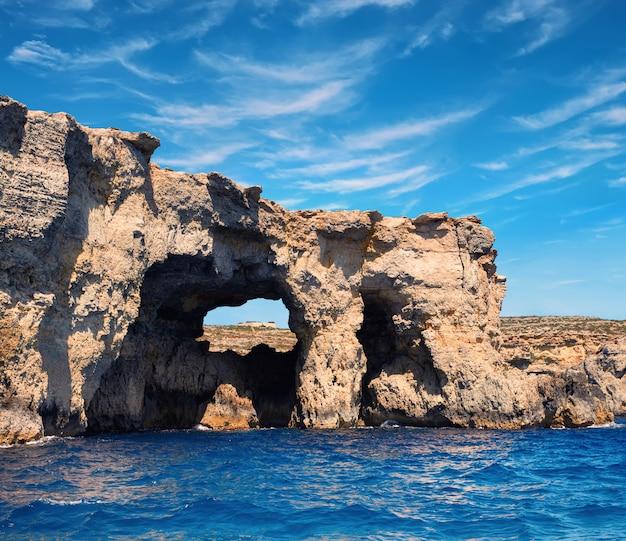 Jaskinie wapienne i błękitne wody śródziemnomorskie comino
