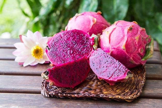 Jaskrawa soczysta tropikalna czerwona smok owoc. owoc smoka lub pitaya to roślina z rodziny cactaceae lub cactus.
