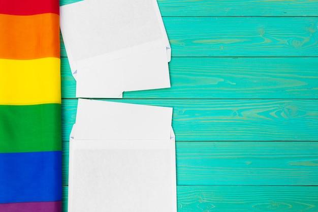 Jaskrawa tęcza homoseksualna flaga na drewnianej i pustej przestrzeni
