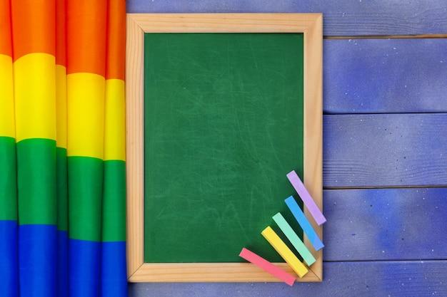 Jaskrawa tęcza homoseksualna flaga na drewnianym tle i pustej przestrzeni