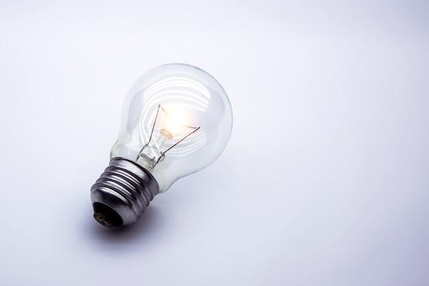 Jaskrawa żarówka na bielu, pojęcie dla kreatywnie pomysłu.