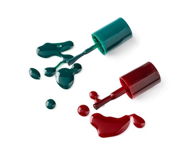 Jaskrawe barwione lakier do paznokci butelki z obcieknięciem na białym tle