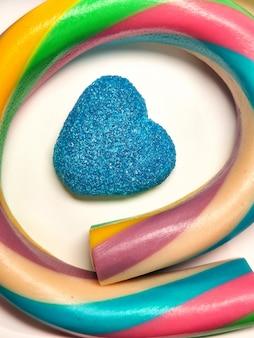 Jaskrawi kolorowi cukierki na białym tle, zakończenie na białym tle