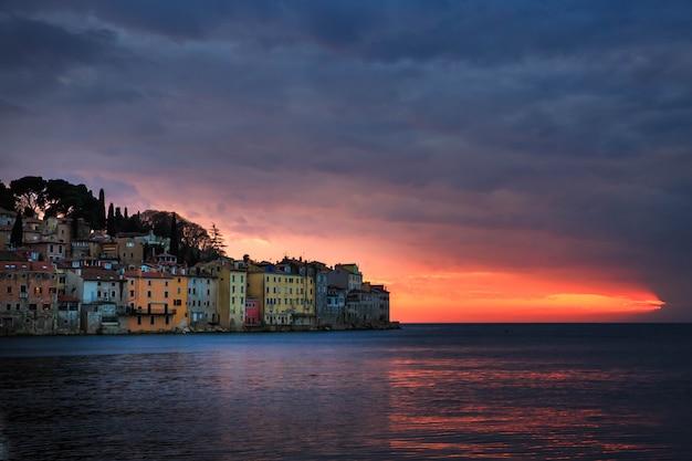 Jaskrawy zmierzch w spektakularnym romantycznym starym miasteczku rovinj, półwysep istryjski, chorwacja, europa
