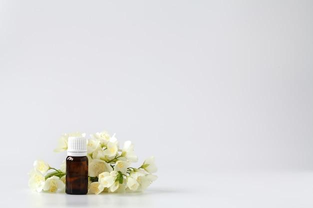Jaśminowa esencja w butelce z jaśminowymi kwiatami