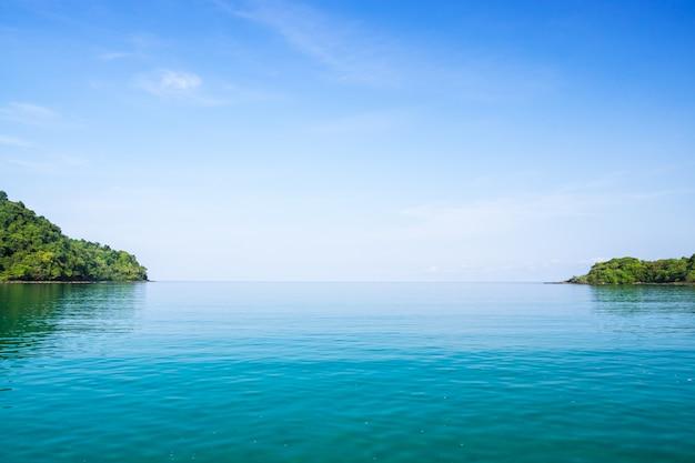 Jasna błękitna woda morska i niebieskie niebo krajobraz