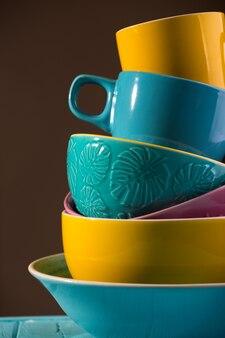 Jasna ceramika - kubki i miski w kolorach niebieskim, żółtym i różowym